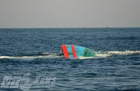 Cận cảnh tàu ĐNa 90152 trong tình trạng nửa chìm nửa nổi