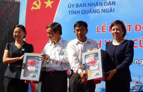 Bà Nguyễn Thị Kim Tiến, Bộ trưởng Bộ Y tế, cùng lãnh đạo tỉnh Quảng Ngãi trao tặng tủ thuốc và dụng cụ y tế cấp cứu cho ngư dân Lý Sơn