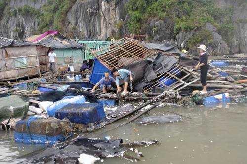 Nhiều nhà bè trên vịnh của người dân Quảng Ninh trong cơn bão Haiyan năm 2013 bị sóng, gió đánh tan hoang. Ảnh: Phan Dương.