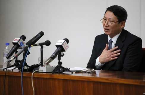 Nhà truyền đạo Kim Jong Uk trong 1 cuộc họp báo ở Bình Nhưỡng