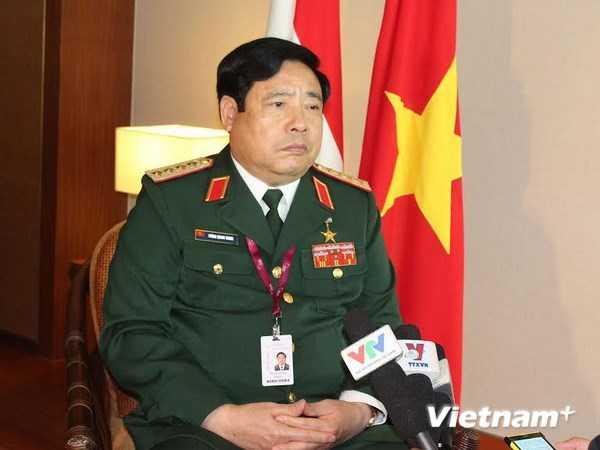 Bộ trưởng Quốc phòng Phùng Quang Thanh trả lời phỏng vấn sau khi kết thúc Đối thoại Shangri La lần thứ 13, ngày 1/6 - Ảnh: TTXVN
