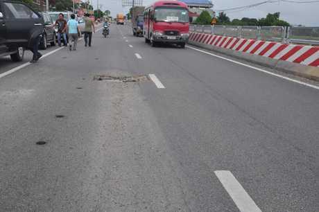 Tuyến BOT QL18 vừa mới khánh thành nhiều đoạn đã bị nứt và hằn lún theo vệt bánh xe (ảnh báo Quảng Ninh)