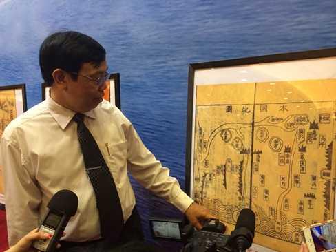 Giáo sư Trịnh Khắc Mạnh - nguyên Viện trưởng Viện nghiên cứu Hán Nôm đang giới thiệu về các tấm bản đồ cổ khẳng định Hoàng Sa, Trường Sa là của Việt Nam
