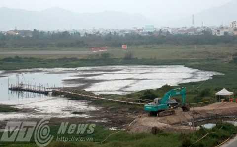 Khu vực bãi bùn người dân cho là đã xả nước và bùn nhiễm dioxin chưa xử lý ra ngoài mương nước chung (Ảnh do người dân cung cấp)