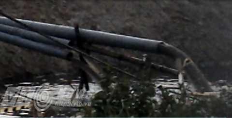 Nước bùn thải và nước từ đường ống được người dân cho là xả ra ngoài được người dân ghi lại (ảnh từ clip do người dân cung cấp)