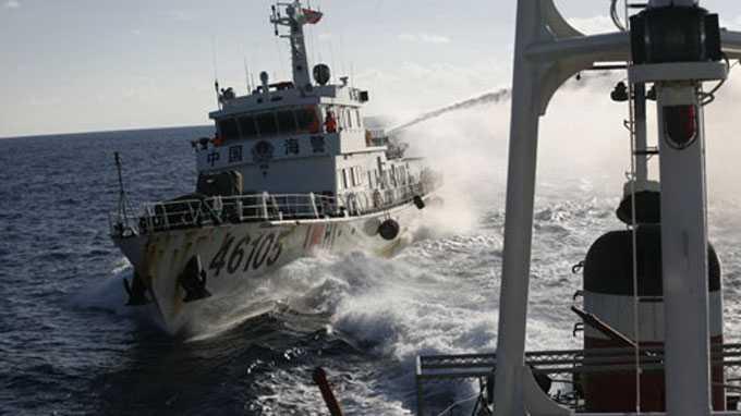 Tàu hải cảnh Trung Quốc phun vòi rồng vào tàu cảnh sát biển 2016 của Việt Nam - Ảnh: Minh Quang chụp từ tàu cảnh sát biển 2016