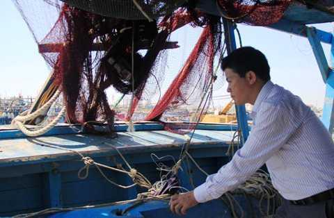 Ông Võ Công Chánh, Chủ tịch UBND huyện Hoàng Sa đi khảo sát tàu