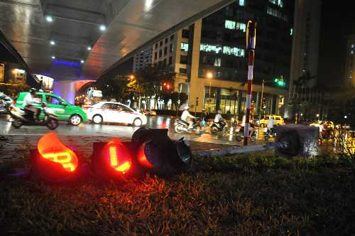 Gió mạnh quật độ trụ đèn tín hiệu giao thông tại ngã tư Đào Tấn - Liễu Giai. Ảnh: Quý Đoàn