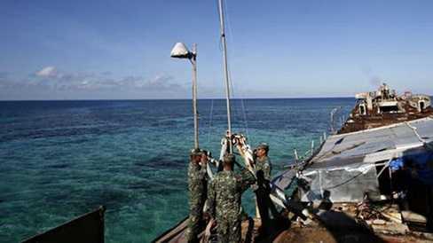 Lính Philippines tại một bãi đá ngầm trên biển Đông mà Trung Quốc cũng đòi chủ quyền - Ảnh: Guardian