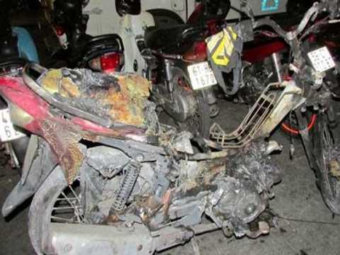 Chiếc xe gắn máy chỉ còn trơ lại bộ khung sau khi bốc cháy