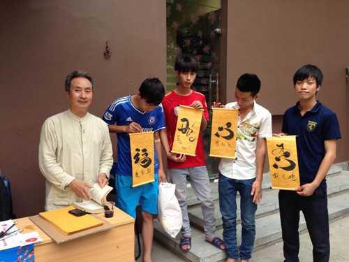 Các bạn trẻ tham gia chương trình rất thích thú khi được ông đồ cho chữ.