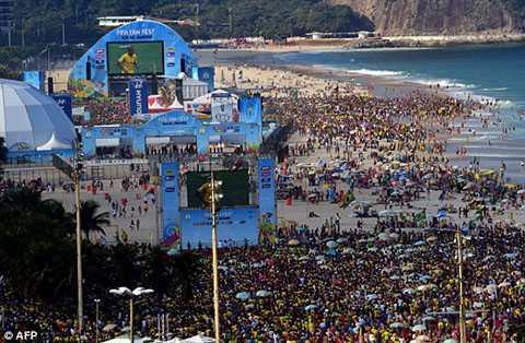 Rất đông du khách đã tập trung theo dõi trận đấu giữa Brazil và Chile tại bãi biển Copacabana ở Rio