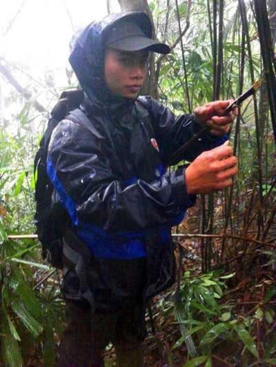 Cán bộ BVR gỡ bẫy của người dân gắn trong Khu bảo tồn Sao La