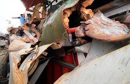 Dưới ánh sáng của công lý và dư luận quốc tế, Trung Quốc không thể ngang ngược dùng vũ lực để uy hiếp lực lượng thực thi pháp luật trên biển và ngư dân Việt Nam như hiện nay. Trong ảnh:Vết tích của tàu Trung Quốc đâm tàu kiểm ngư 951 tại khu vực giàn khoan Hải Dương 981. Ảnh: Nguyễn Đông