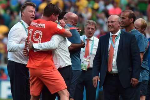 Tung Huntelaar vào sân là dấu ấn của Louis van Gaal