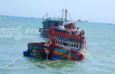 Tàu cá Việt Nam bị tàu Trung Quốc đâm chìm đang được đưa về bờ để sửa chữa