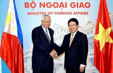 Phó Thủ tướng, Bộ trưởng Ngoại giao Phạm Bình Minh tiếp Bộ trưởng Ngoại giao Philippines Rosario (Ảnh: TG & VN)