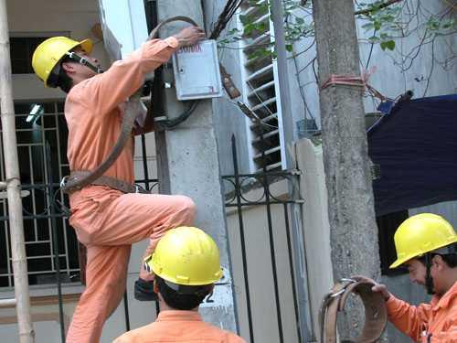 Nhiều nhân viên điện lực khi chốt số điện đã không trèo lên cột để kiểm tra công tơ mà ghi hú họa cho xong (Ảnh minh họa internet)