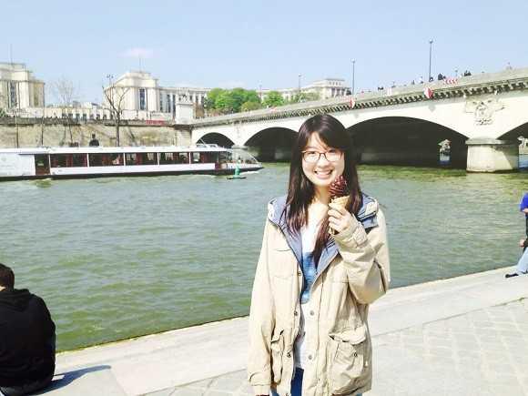 Hà Linh chụp hình lưu niệm bên bờ sông Seine.