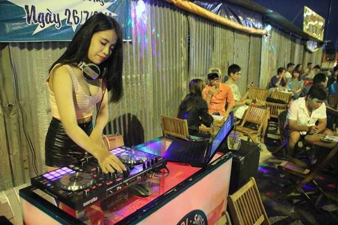 Kim Chi làm DJ tại một quán trà chanh vỉa hè.