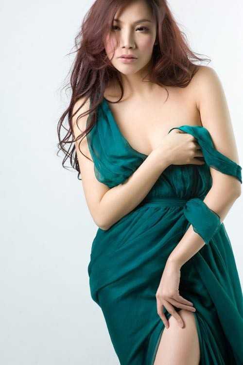 Nữ ca sỹ Hồ Quỳnh Hương cũng có chiều cao không mấy nổi bật - 1m63.