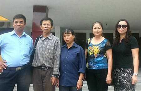 Ông Nguyễn Thanh Chấn (thứ hai từ trái), người bị oan cùng vợ, luật sư và người thân sau buổi họp với đại diện TAND Tối cao về việc yêu cầu bồi thường oan. Ảnh: VD