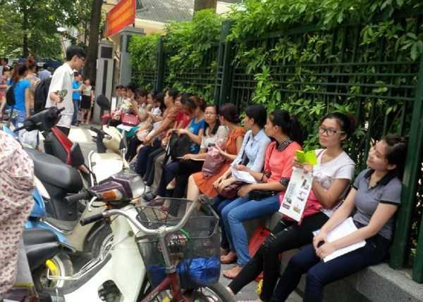 Đa số những người đến nộp hồ sơ thi tuyển công chức tại Cục thuế Hà Nội đều là các bạn trẻ mới ra trường. (Ảnh: Xuân Phú)