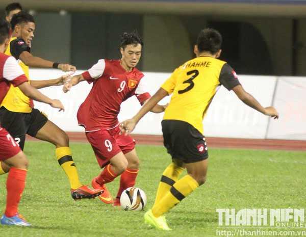Văn Toàn (9) trong vòng vây các cầu thủ Brunei