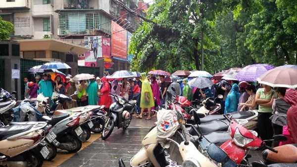 Hàng ngàn người đội mưa nắng xếp hàng để nộp hồ sơ dự thi tuyển công chức tại Cục Thuế Hà Nội