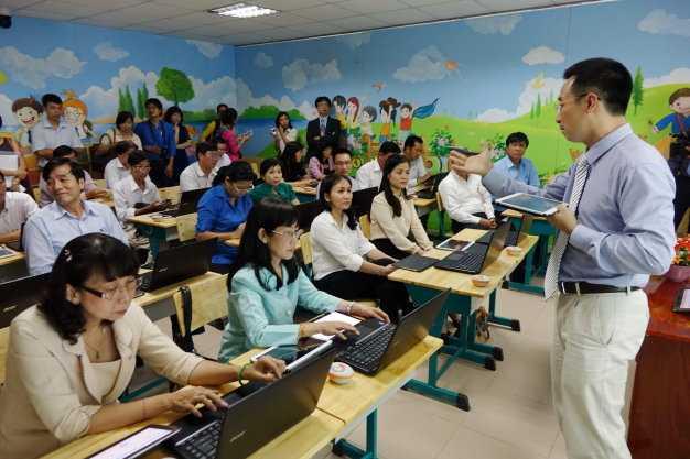 Đơn vị tư vấn giới thiệu sách giáo khoa điện tử và máy tính bảng với hiệu trưởng các trường tiểu học và trưởng phòng giáo dục các quận ở TP.HCM chiều 18-8 - Ảnh: Như Hùng