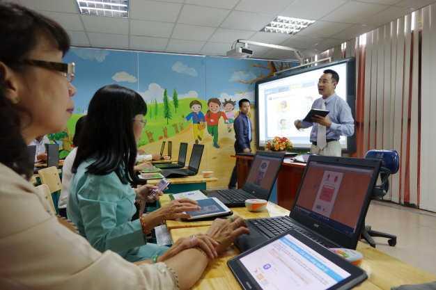 Hiệu              trưởng các trường tiểu học và trưởng phòng giáo dục các quận đang được              giới thiệu về sách giáo khoa điện tử và máy tính bảng cho học sinh tiểu              học các lớp 1, 2, 3 trong phòng học mẫu tại Sở GD-ĐT TP.HCM chiều 18-8 -              Ảnh: Như Hùng