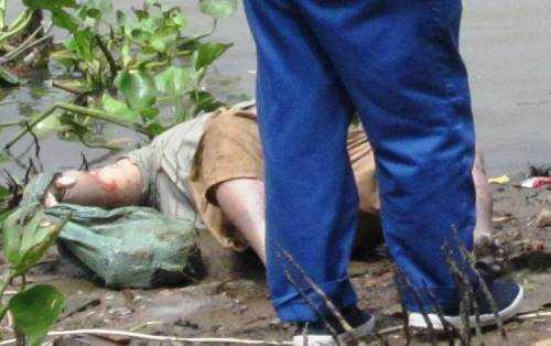 Cánh tay phải nạn nhân buộc vào bảo tải chứa đá bên trong
