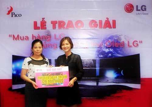 Giám đốc Marketing của Pico trao giải đặc biệt cho chị Vũ Thị Hạnh