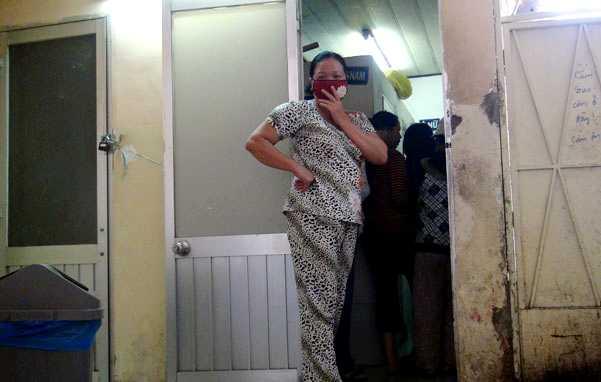 Nhà vệ sinh nhiều bệnh viện rất bẩn nhưng cả bệnh nhân, người nhà bệnh nhân đều phải trả phí (ảnh Tuổi trẻ)