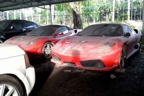 Lớp bụi phủ dầy kín những chiếc xe có trị giá hàng chục tỷ đồng.