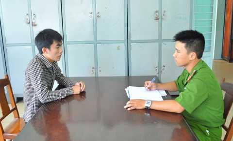 Công an phường Phước Ninh lấy lời khai của Hoàng Tiến Dũng