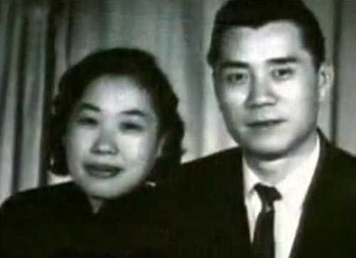 Cha mẹ Thành Longnên duyên vợ chồng khi cả hai đều có con riêng.