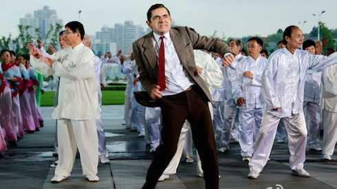 Rowan Atkinson diện bộ đồ quen thuộc đã làm nên hình ảnh hài hước, đáng yêu Mr.Bean.