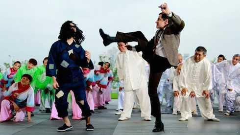 Mr.Bean tham gia vào tiết mục nhảy dân gian vui nhộn.