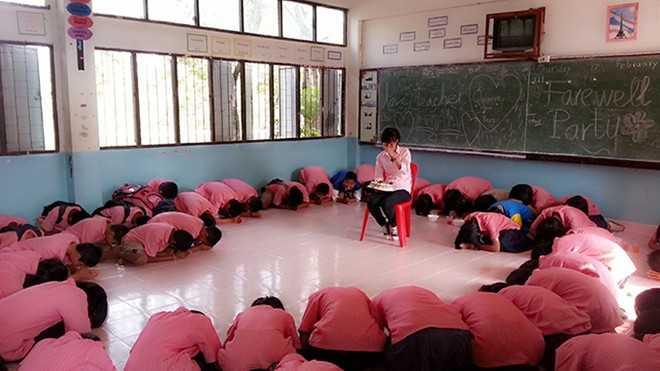 """Học sinh quỳ xuống cúi lạy chị. Rồi các em đồng thanh nói: """"Teacher, don't go Vietnam!"""" - Ảnh: NVCC."""