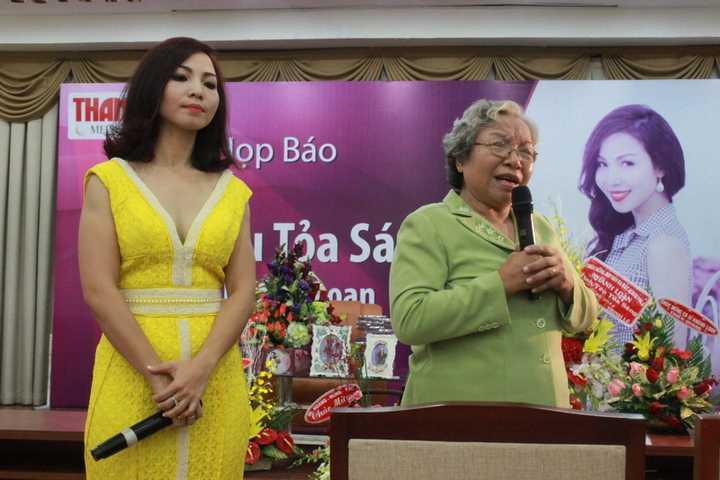 Khánh Loan và mẹ trong ngày ra mắt album mới