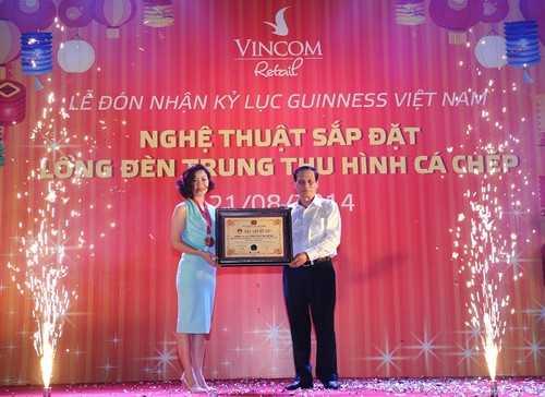 """Có chiều cao 15 m, dài 32 m, """"tuyệt phẩm              ánh sáng"""" đã được Tổ chức Kỷ lục Guinness Việt Nam xác lập kỷ lục """"Đèn              lồng lớn nhất Việt Nam tối ngày 21/08/2014."""