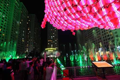 """Chính thức được thắp lên ngàn ánh sáng lung linh, rực rỡ muôn màu, """"Tuyệt phẩm ánh sáng"""" đã thu hút hàng ngàn ánh mắt chiêm ngưỡng của các du khách có mặt VMM Times City tối 21/8."""