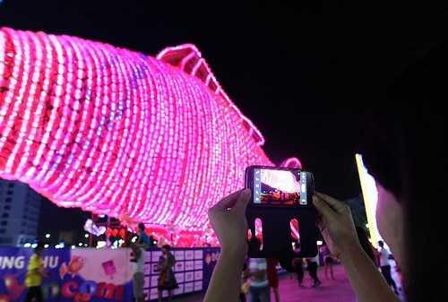 Hàng trăm bạn trẻ đặc biệt thích thú ghi lại những khoảnh khắc tuyệt đẹp và ấn tượng bên chú cá chép đèn lồng khổng lồ…