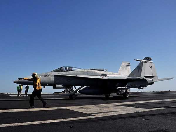 Máy bay chiến đấu trên tàu sân bay USS George H.W. Bush chuẩn bị cất cánh tiến hành không kích phiến quân IS tại Iraq