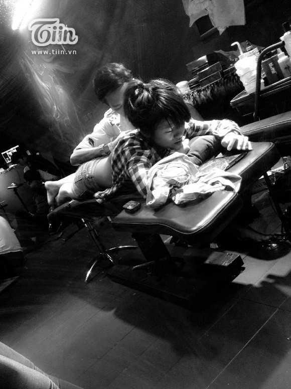Ngọc Anh trong quá trình xăm hình Geisha kín lưng.