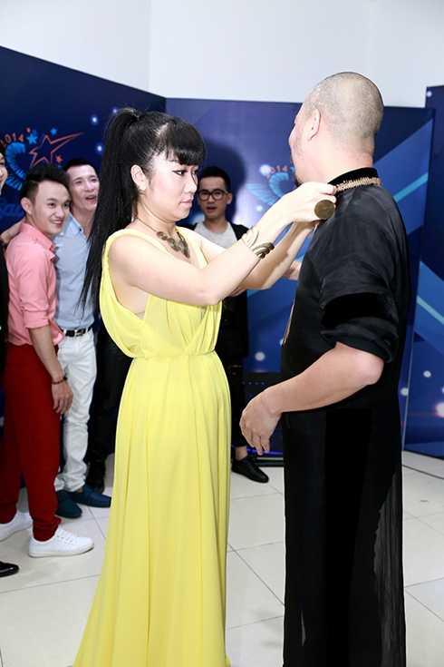NTK Võ Thùy Dương, đàn em được Đức Hùng rất yêu quí đã chỉnh lại áo cho anh trước giờ ra sân khấu.