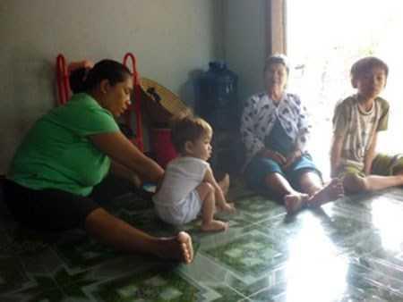 Ba mẹ con chị Thương cùng mẹ chồng là bà Xin.