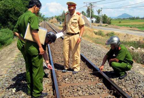 Khi mẹ dừng xe chờ tàu lửa đi qua, bé gái được cho là bất ngờ chạy lại gần đường ray và bị lực hút cuốn vào, tử vong tại chỗ.