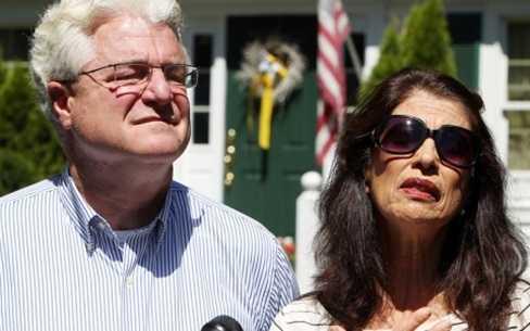 Bố mẹ của nhà báo Foley đau buồn khi nghe tin con mình qua đời (Ảnh AP)